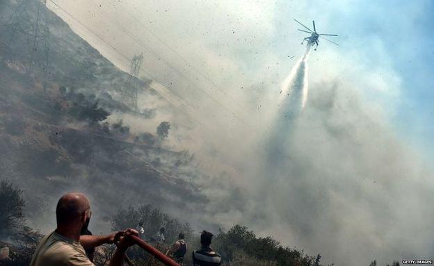 Pháp gửi hai phi cơ phun nước dập lửa. (Ảnh: Getty Images)