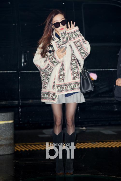 Tiffany kết hợp váy ngắn cùng áo khoác oversize với họa tiết lạ mắt