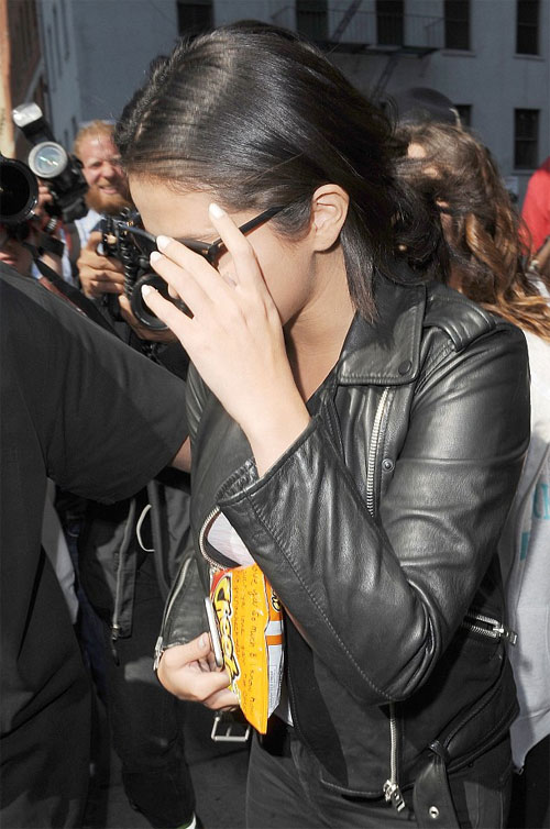 Selena xuất hiện tại nhà hàng Locanda Verde, New York hôm chủ nhật, trên tay cầm gói snack pho mai mặc những bình luận ác ý nói cô ăn uống mất kiểm soát.