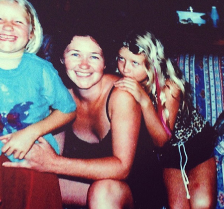 Ít ai tin rằng, cô gái tóc vàng trong bức ảnh này chính là nữ rapper nóng bỏng Iggy Azalea. Iggy sinh ra và lớn lên tại Úc. Cha cô là một họa sĩ còn mẹ là một phụ nữ nội trợ. Người giúp nữ rapper gợi cảm này bước chân vào nghệ thuật chính là cha ruột của cô.