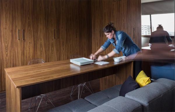 Chiếc bàn ép sát vào sofa ban đầu được kéo ra làm bàn ăn.
