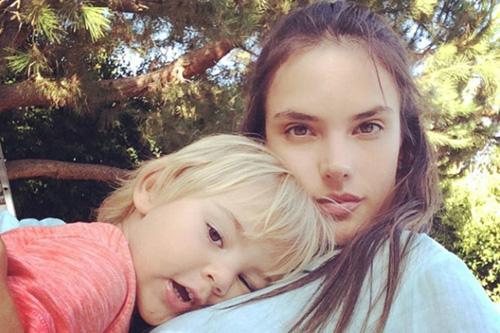Siêu mẫu Alessandra Ambrosio vô cùng trẻ trung bên con trai.