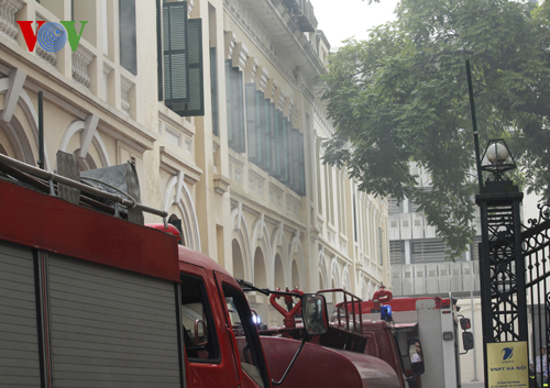 2 xe chữa cháy và xe tiếp nước tiếp cận cổng số 75 Đinh Tiên Hoàng