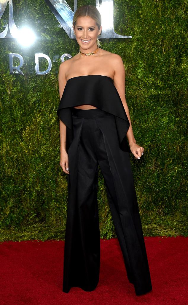Ashley Tisdale diện đồ hai mảnh sexy, một thiết kế của Solace London.