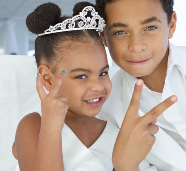 Ngoài ra, Blue Ivy cũng là cái tên nhóc tỳ được nhắc đến nhiều ở Hollywood. Cô con gái của Beyonce mới đây xuất hiện như công chúa với bộ váy trắng và chiếc vương miện nhỏ xinh ở tiệc cưới của người thân trong gia đình.