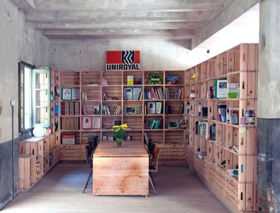 Kệ để sách với nhiều ngăn dành cho những bạn có sở thích sưu tầm