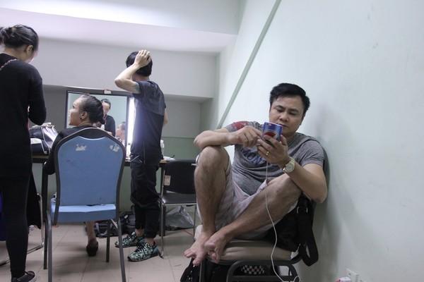 Tự Long nghỉ ngơi tại hậu trường trong khi chờ ghi hình