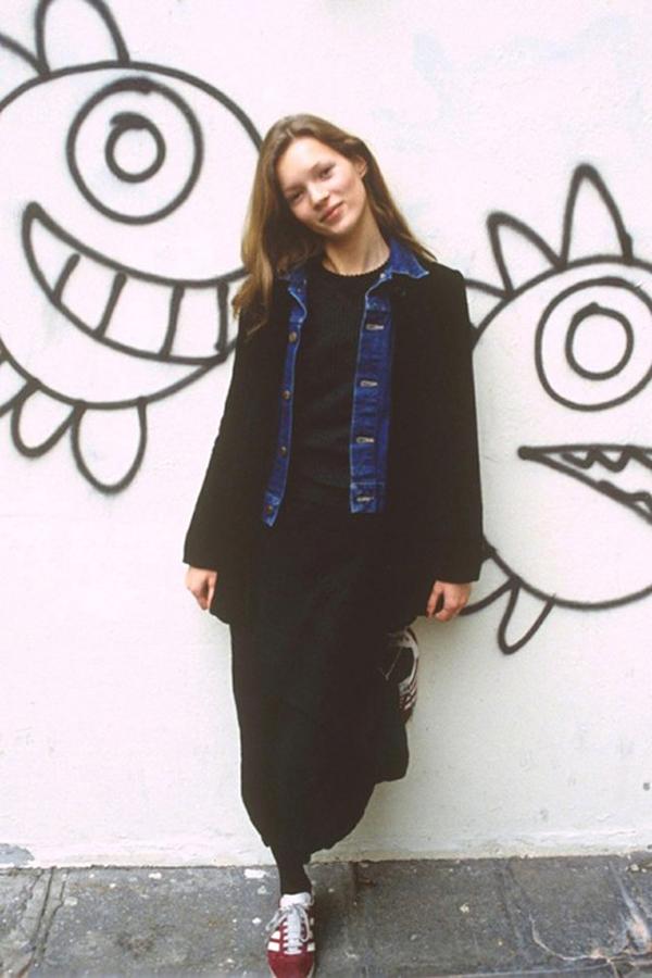 Siêu mẫu Kate Moss trông đã xinh đẹp và cá tính ngay từ lúc còn là thiếu nữ. Nhưng bây giờ, cô trở nên già và gợi cảm hơn rất nhiều.
