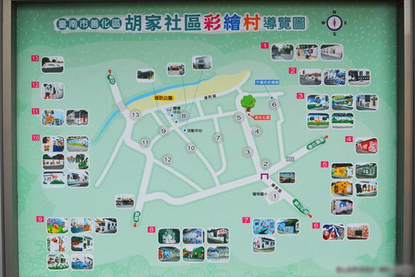 Bản đồ chỉ dẫn đường đi đến các bức tường sơn vẽ trong làng được đặt ngay trước cổng làng.