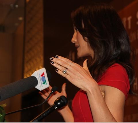 Cận cảnh chiếc nhẫn đính hôn bằng kim cương mà vị hôn phu trao tặng cho cô vào cuối năm 2014