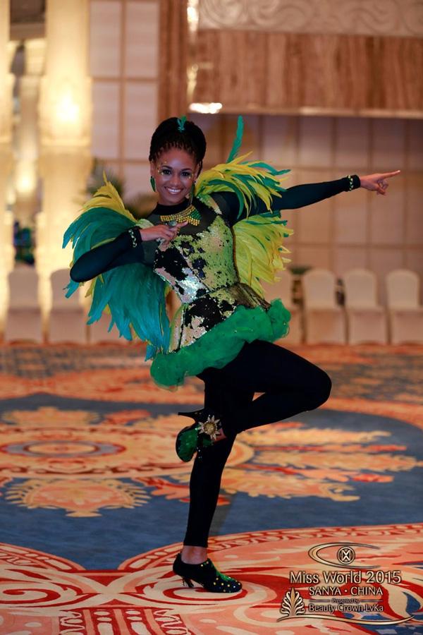 Trang phục của người đẹp Jamaica khiến người xem liên tưởng đến hình ảnh những chú chim nhiệt đới