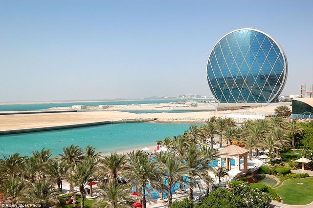 Một công trình khác cũng có lối thiết kế hình đồng xu đó là trụ sở chính của Aldar ở Abu Dhabi thuộc thủ đô Các Tiểu vương quốc Ả Rập Thống nhất. Nơi này mở cửa năm 2010.