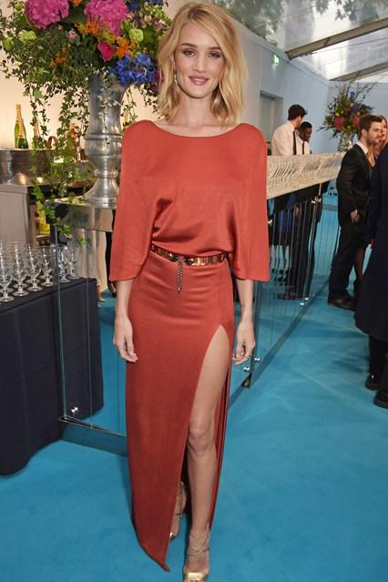 Còn siêu mẫu Rosie Hungtington - người đẹp của bom tấn Mad Max diện đầm đơn giản nhưng sang trọng.