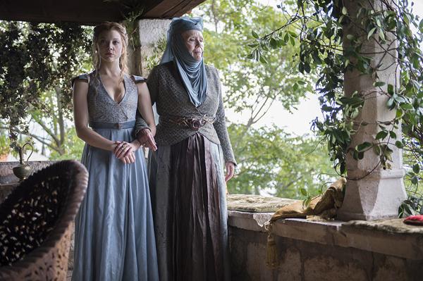 Margaery Tyrell và người bà Olenna cùng diện trang phục tông màu xanh - ghi.