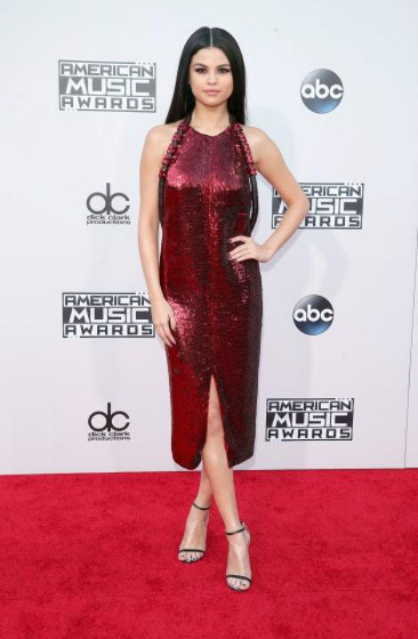 Selena Gomez già dặn trong bộ cánh màu đỏ ánh kim.