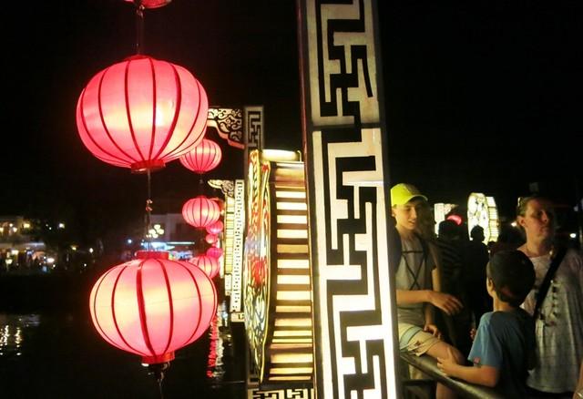 Rất đông du khách thưởng ngoạn đêm rằm tháng Tám trong khu phố cổ