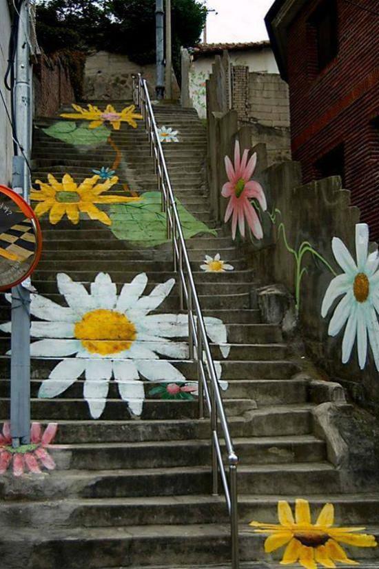 Cầu thang nhẹ nhàng và bay bổng với hình ảnh những bông hoa xinh xắn