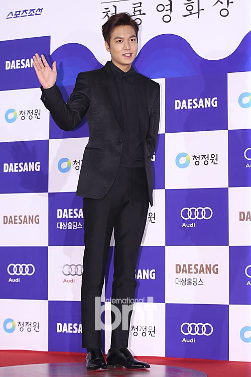 Lee Min Ho hút hồn fan bằng gu thời trang lịch lãm quen thuộc.