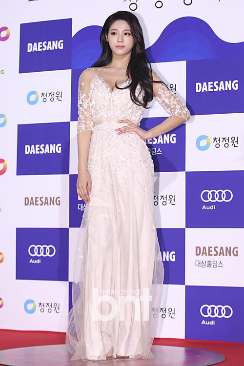 Nữ ca sĩ Seol Hyun của nhóm nhạc thần tượng AOA thiêu đốt mọi ánh nhìn với bộ váy tuyệt đẹp màu trắng cùng vòng 1 căng đầy, cuốn hút.