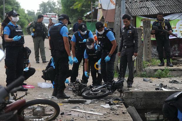 Hiện trường vụ đánh bom chiếc xe moto (Ảnh: Waedao Harai/ Bangkok Post)