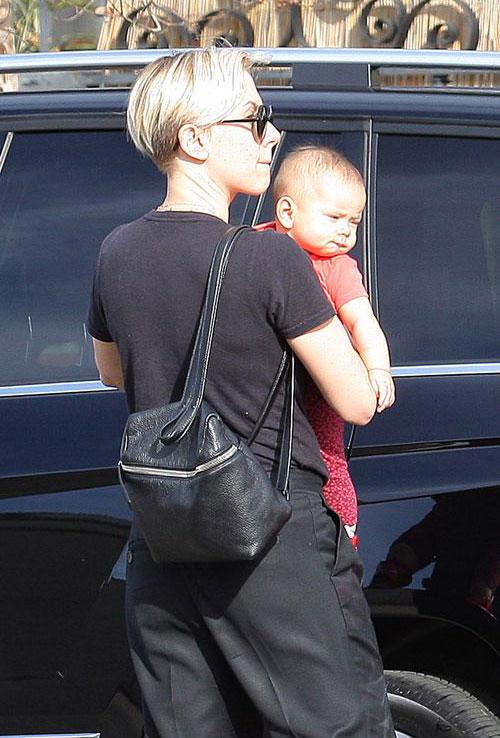 Vào ngày 27/1, Scarlett cũng bế con đi ăn trưa. Hai mẹ con làm điệu bặm môi rất giống nhau.