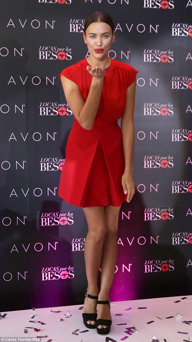 Siêu mẫu người Nga gợi cảm trong bộ đầm đỏ và màu son rực rỡ.