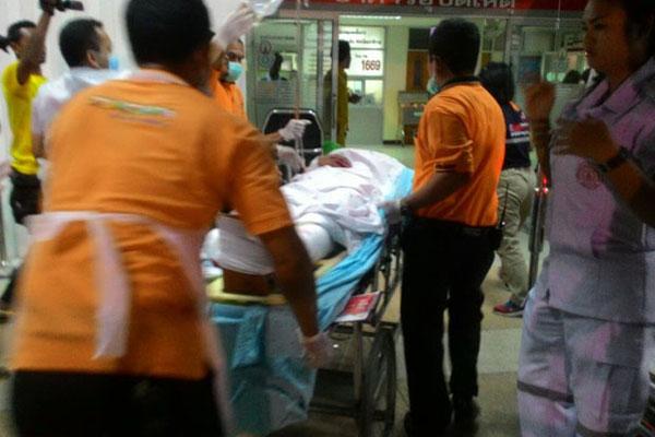 Nhân viên y tế cấp cứu một nạn nhân trong vụ nổ bom (
