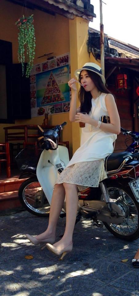 Hoa hậu không ngại ăn hàng ở ngoài phố.