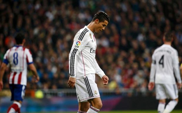 Ronaldo rời sân với gương mặt cúi gằm