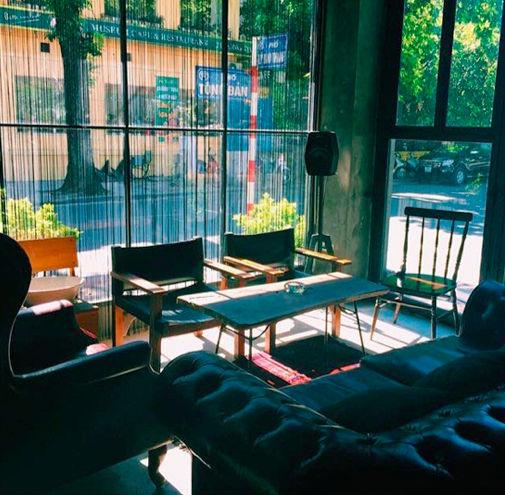Những ánh nắng xuyên qua cửa kính, khi vào tới Cosa Nostra chỉ còn là những vệt mỏng và mềm như trong tranh vẽ.