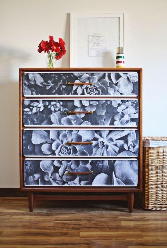 Bạn không thích sơn và cũng chẳng thích vẽ? Hãy nghĩ tới việc trang trí chiếc tủ bằng giấy dán tường với họa tiết bạn yêu thích.