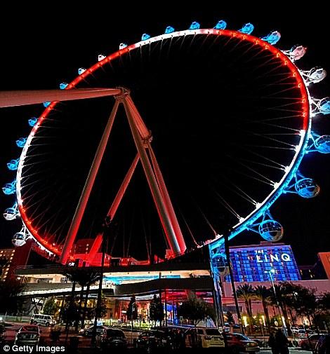 Màu quốc kỳ Pháp trên bánh xe đu quay lớn nhất thế giới tại Las Vegas.
