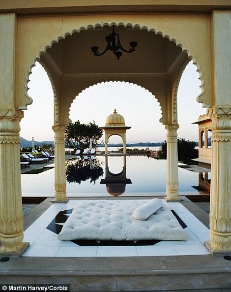 Khách đến với khách sạn có thể tham gia rất nhiều hình thức giải trí như các lớp học nấu ăn, tập yoga, cưỡi lạc đà, các lớp học nghệ thuật, du lịch trên hồ...