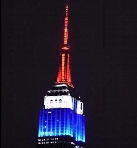 Tòa nhà Empire State được bao phủ với màu trắng, xanh và đỏ.
