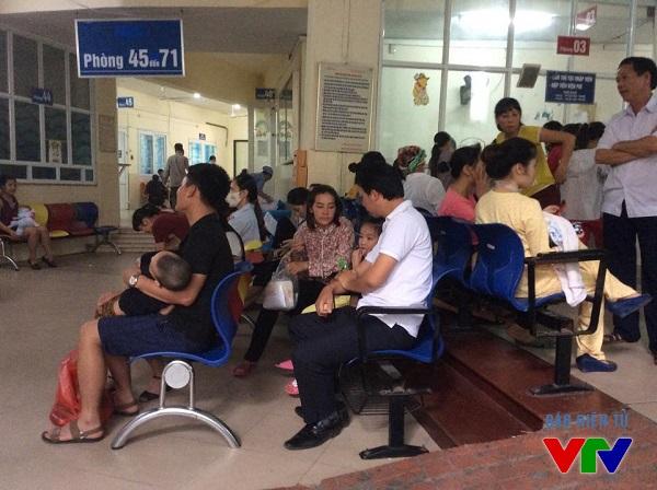 Mỗi ngày có hơn 3000 bệnh nhi được khám chữa tại Bệnh viện Nhi Trung ương, trong đó phần lớn các bệnh nhi bị mắc các bệnh về hô hấp và tiêu hóa.