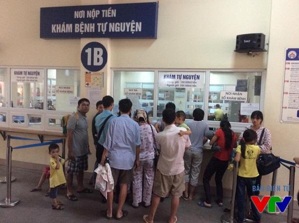 Nơi nhận sổ khám bệnh của bệnh viện luôn đông đúc bởi liên tục có trẻ đến thăm khám