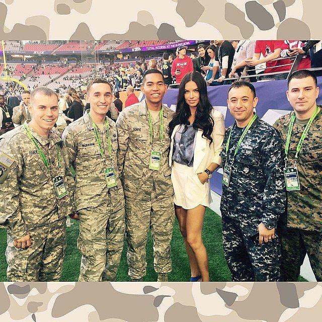 Thiên thần Victorias Secret - Adriana Lima khoe dáng bên các nhân viên an ninh của Super Bowl