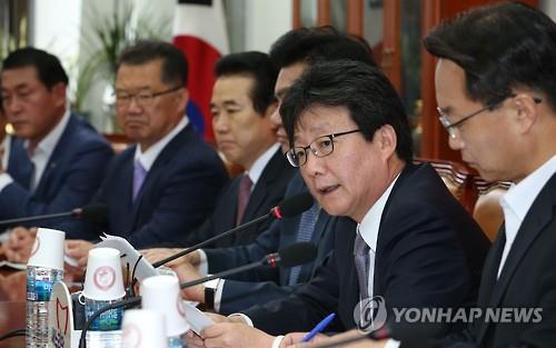 Ông Yoo Seung Min (thứ hai từ bên phải) - Lãnh đạo Đảng cầm quyền Thế Giới Mới - kêu gọi đẩy mạnh sự hợp tác của các bên liên quan nhằm dập tắt dịch MERS trong một cuộc họp diễn ra sáng 5/6 (Ảnh: Yonhap)