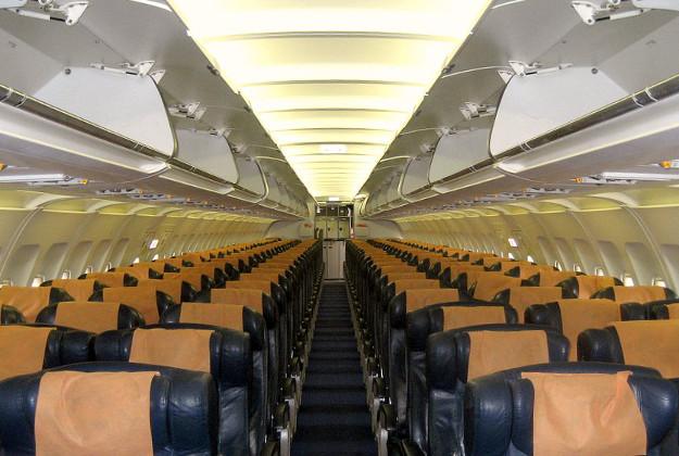 Mầm bệnh tồn tại ở mọi nơi trên máy bay, từ tay ghế tới nhà vệ sinh. Ảnh: Christopher Doyle / CC BY-SA 2.0