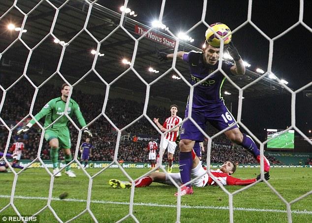 Aguero đã có hành động vươn tay khá kín để đổi hướng bóng.