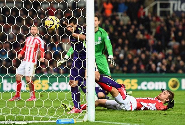 Khi Aguero vượt qua toàn bộ hàng thủ Stoke, trước mắt chỉ là lưới trống