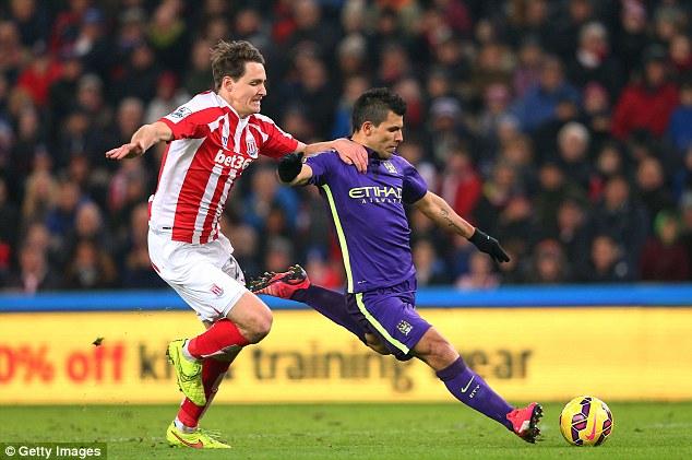 Aguero (xanh) đã có cú đúp bàn thắng giúp Man City có thắng lợi sau 4 vòng đấu EPL không thành công.
