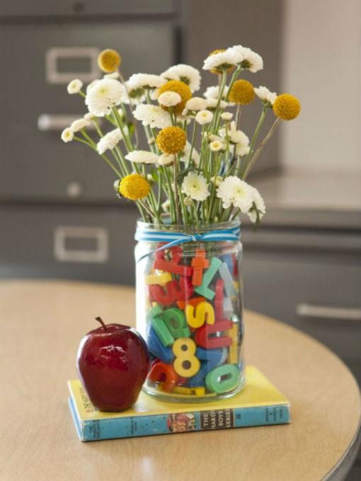 Lọ hoa được trang trí bằng những con số và chữ nhiều màu sắc
