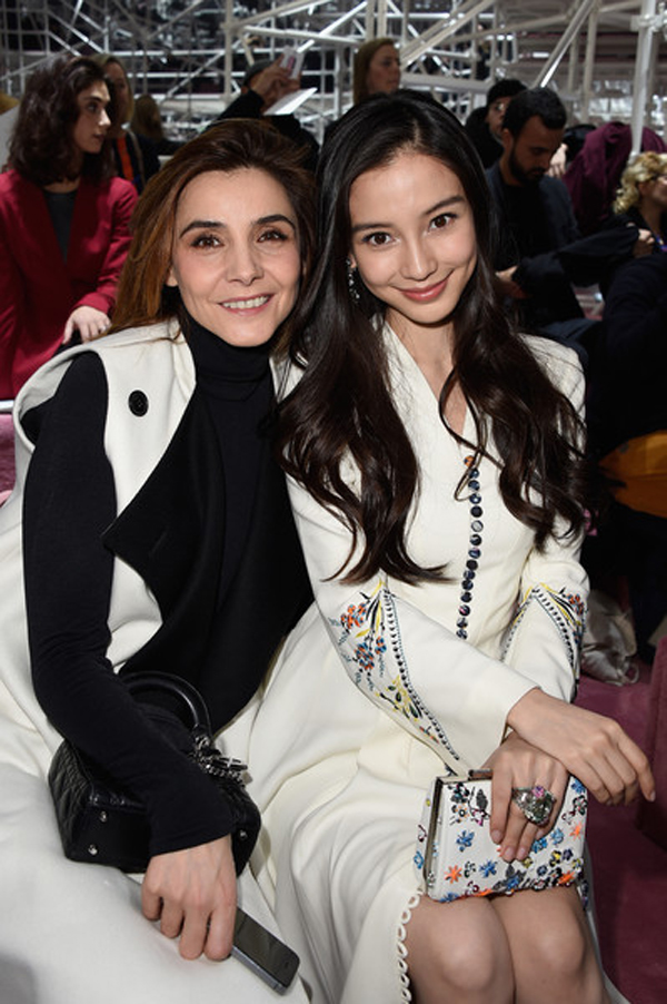 Việc góp mặt ở những show thời trang quốc tế là dịp cho cô gặp gỡ với nhiều người làm thời trang danh tiếng.
