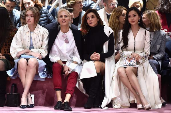 Angelababy xuất hiện trên hàng ghế của show diễn, bên cạnh những nhà thiết kế, người mẫu đẳng cấp.