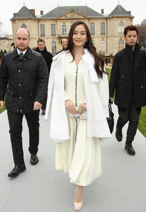 Cô xuất hiện đầy duyên dáng trong thiết kế váy của Dior.