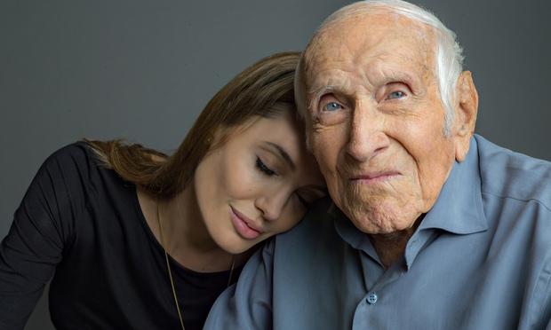 Angelina Jolie và Louie Zamperini - nhân vật chủ đề của phim Unbroken, trước khi ông qua đời vào tháng 7/2014.