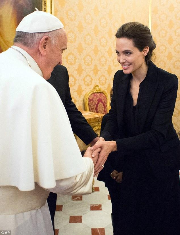 Angelina bắt tay với Giáo hoàng Francis.