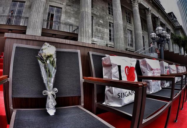 Những bó hoa được đặt trên ghế của Thủ tướng Singapore Lý Quang Diệu tại Padang trước cuộc diễu hành. Ông vừa qua đời vào ngày 23/3/2015.