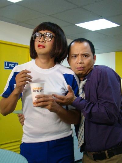 Diễn viên Anh Tuấn (phải) vào vai anh chàng nhân viên văn phòng Lân lười biếng và thích ngắm những cô gái đẹp.